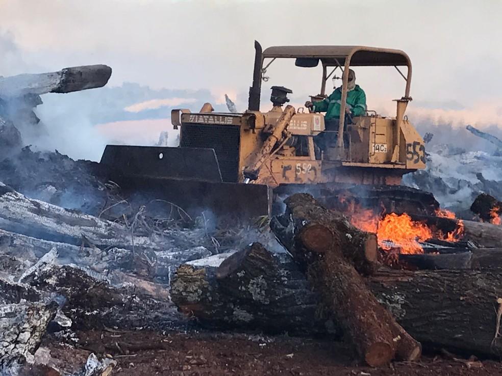 Máquinas da Prefeitura de Maringá trabalham para isolar o local e evitar que as chamas se espalhem (Foto: J.A. Tofanetto/RPC)