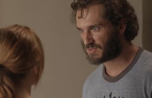 Na quarta-feira (5), Dino ameaça Eliza com um revólver na delegacia e entra numa luta corporal com Arthur (Fabio Assunção), até que a arma dispara (Foto: TV Globo)
