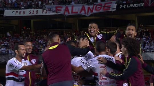 Tréllez e Sidão, do São Paulo, dão força a goleiro do São Caetano após falha