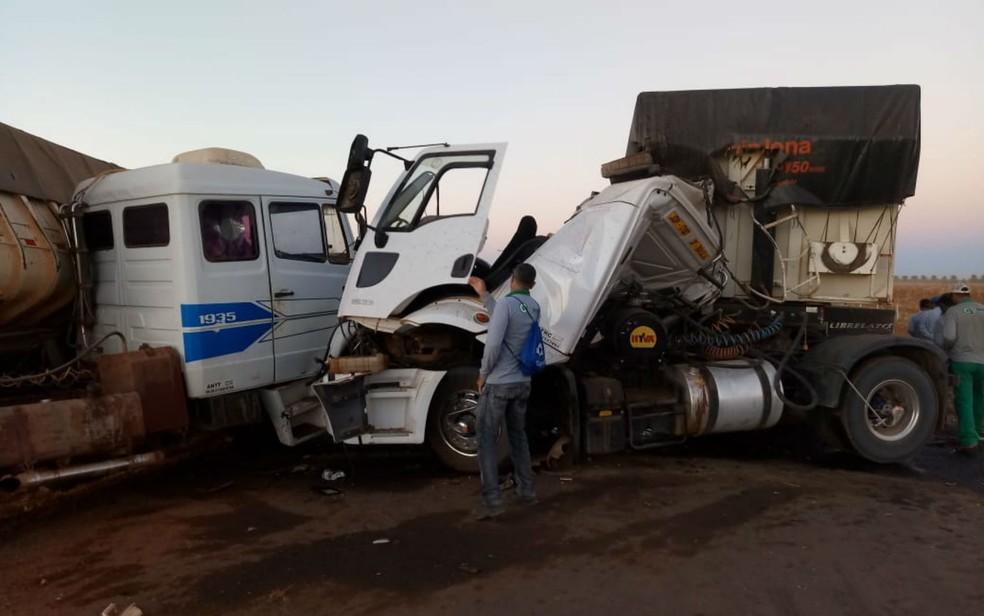 Carretas ficaram destruídas após batida (Foto: Blog Braga )