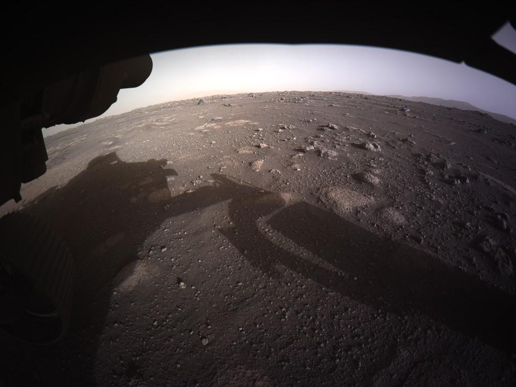 Perseverance envia primeira imagem colorida de Marte um dia após pouso difícil. — Foto: NASA/JPL-Caltech