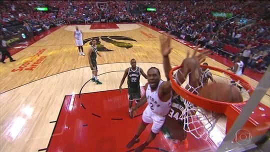 Com direito à massagem no treinador, Drake rouba a cena em vitória dos Raptors