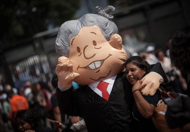 Boneco representando López Obrador, em um comício de apoio ao candidato, que é o primeiro colocado nas pesquisas (Foto: Pedro Mera/Getty Images)
