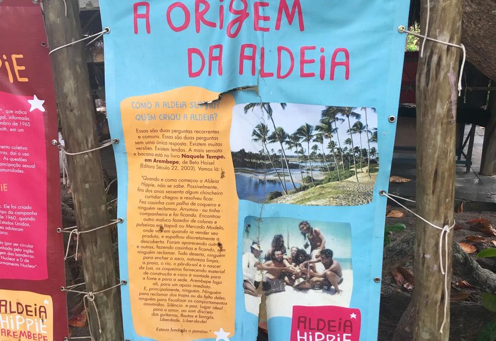 Cartaz na aldeia  traz a provável origem da comunidade — Foto: Gabriel Gonçalves/G1 Bahia