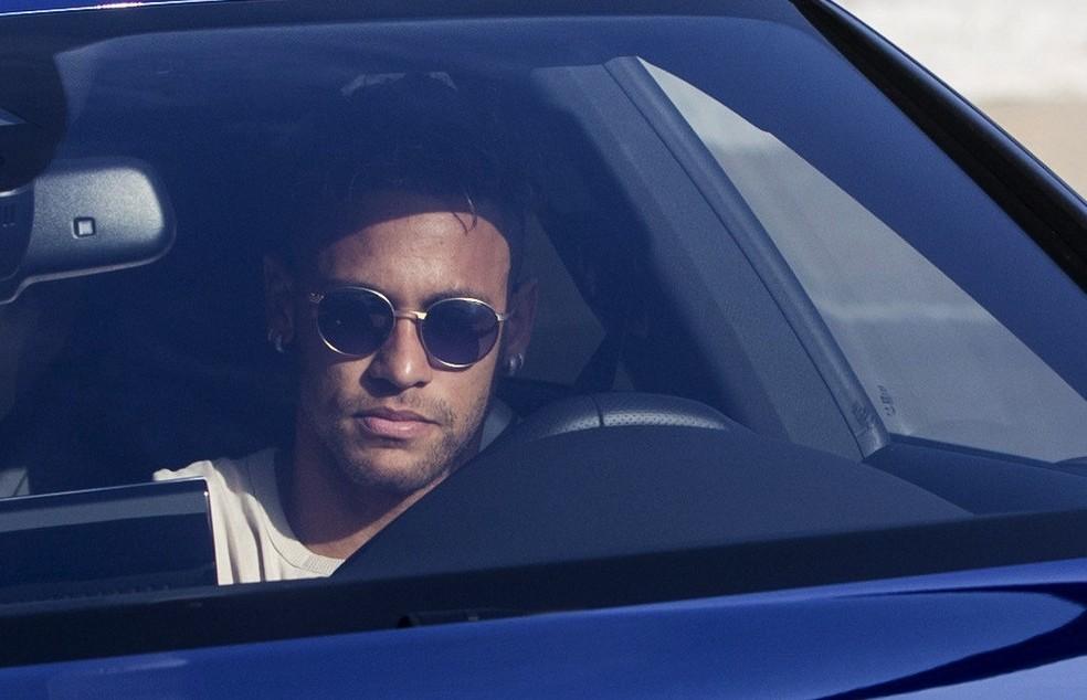 Neymar chega ao CT do Barcelona para se despedir dos companheiros: craque está a caminho do Paris Saint-Germain (Foto: Efe)