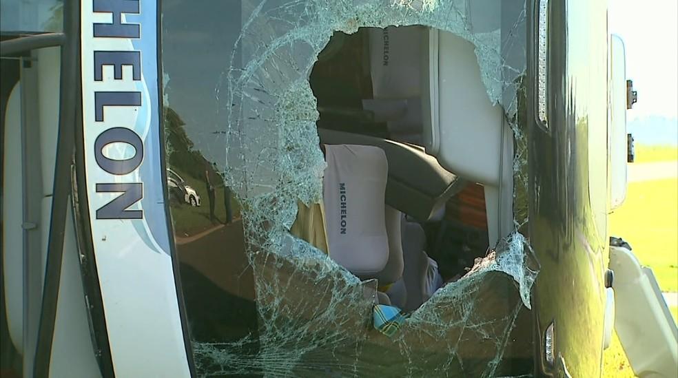 Para-brisa do ônibus quebrou após tombamento em Orlândia, SP — Foto: José Augusto Junior/EPTV