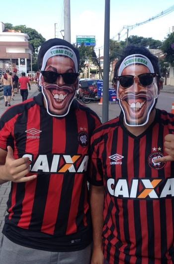 Torcida Atlético-PR máscara Ronaldinho Gaúcho (Foto: Monique Silva)