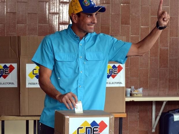 O líder oposicionista venezuelano Henrique Capriles vota em Caracas, no domingo (6) (Foto: AFP Photo/Luis Robayo)