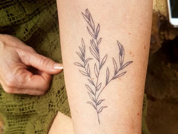 Zezé Polessa desenhou um ramo de alecrim no antebraço (Foto: Felipe Carvalho)