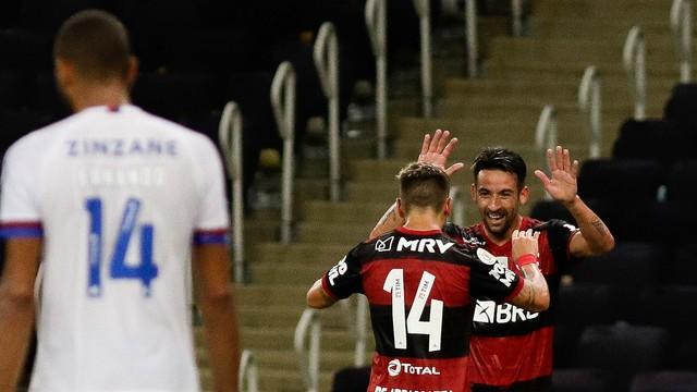 Isla e Arrascaeta comemoram gol do Flamengo sobre o Bahia
