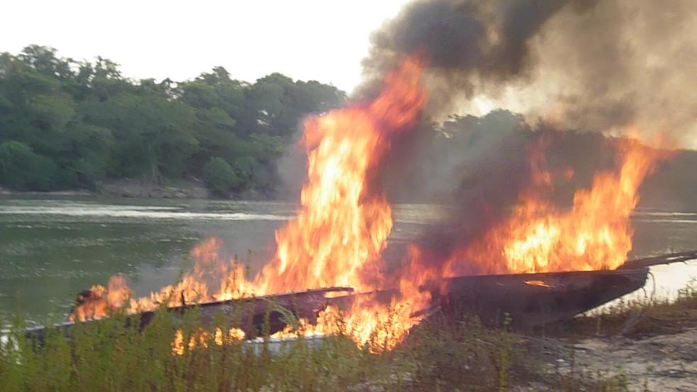 Em 2016, Ibama incendiou barcos em operação contra pesca ilegal em terra indígena em Mato Grosso — Foto: Ibama de Barra do Garças