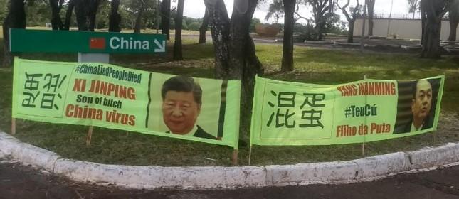 Faixas ofensivas colocadas em frente à embaixada da China