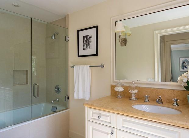 O espaço do banheiro é otimizado juntando a banheira com o chuveiro no mesmo espaço (Foto: Berkshire Hathaway HomeServices/ Reprodução)