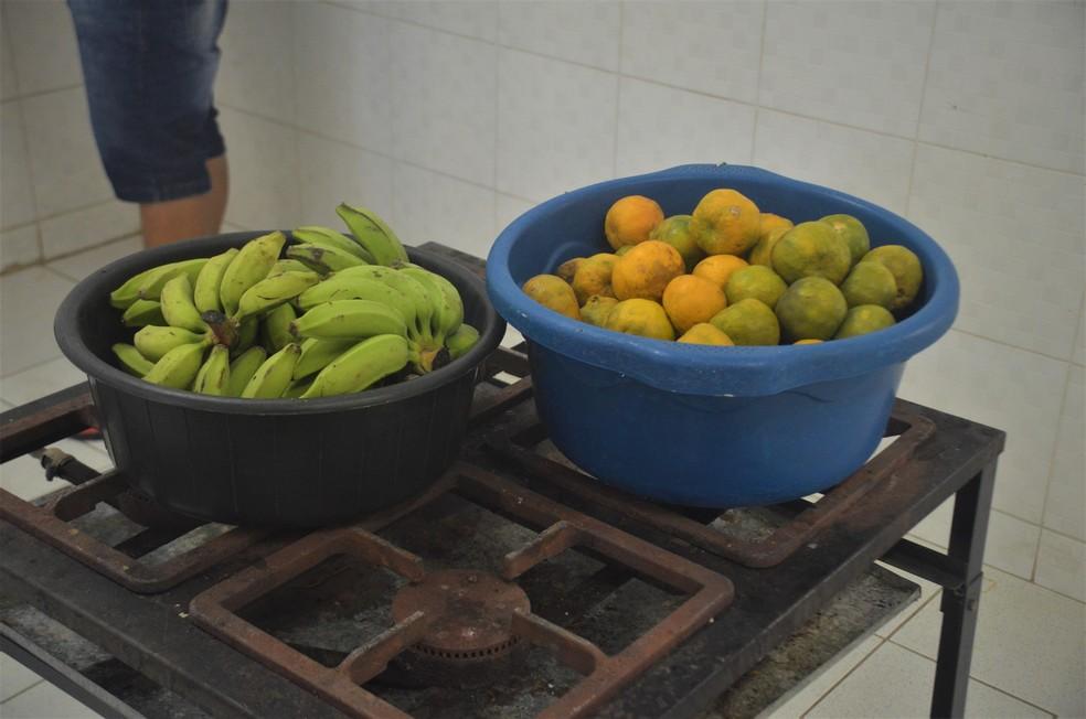 Atualmente, a cozinha está funcionando três dias por semana (segundas, quartas e sextas), atendendo mais de 800 pessoas, um total de 153 famílias cadastradas.  — Foto: João Alfredo Motta/g1 Paraíba