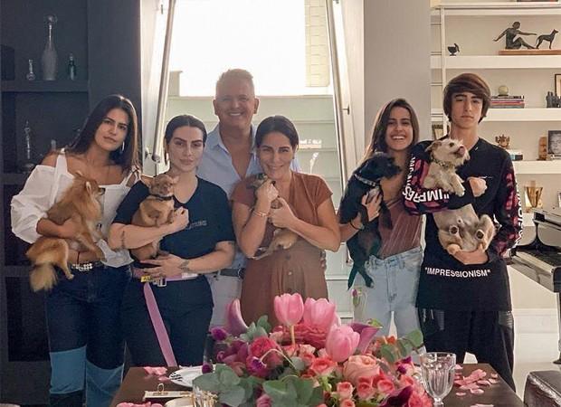 Ao lado do marido, filhos e pets, Gloria Pires celebra o Dia das Mães (Foto: Reprodução/Instagram)