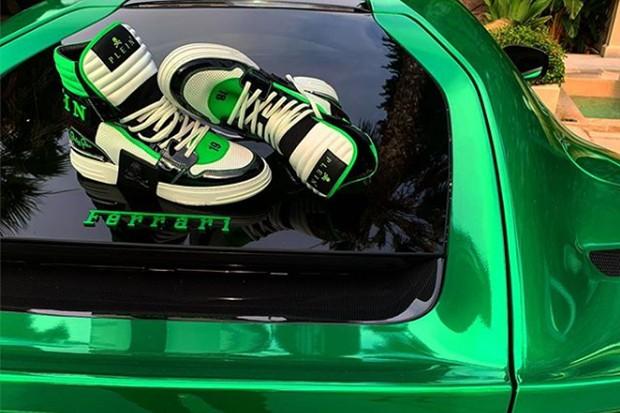 A foto polêmica, com um sneaker desenhado por Plein no capô de uma Ferrari (Foto: Instagram)