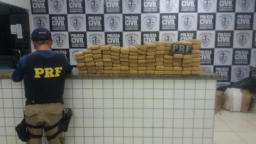 Policiais da PRF apreenderam três caixas com 101,48 Kg de maconha (Foto: Divulgação/Polícia Rodoviária Federal)