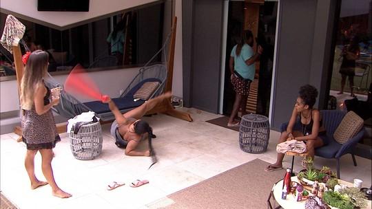 Rízia se joga no chão e Carolina brinca: 'Dá pra fazer um clipe com sua encenação'