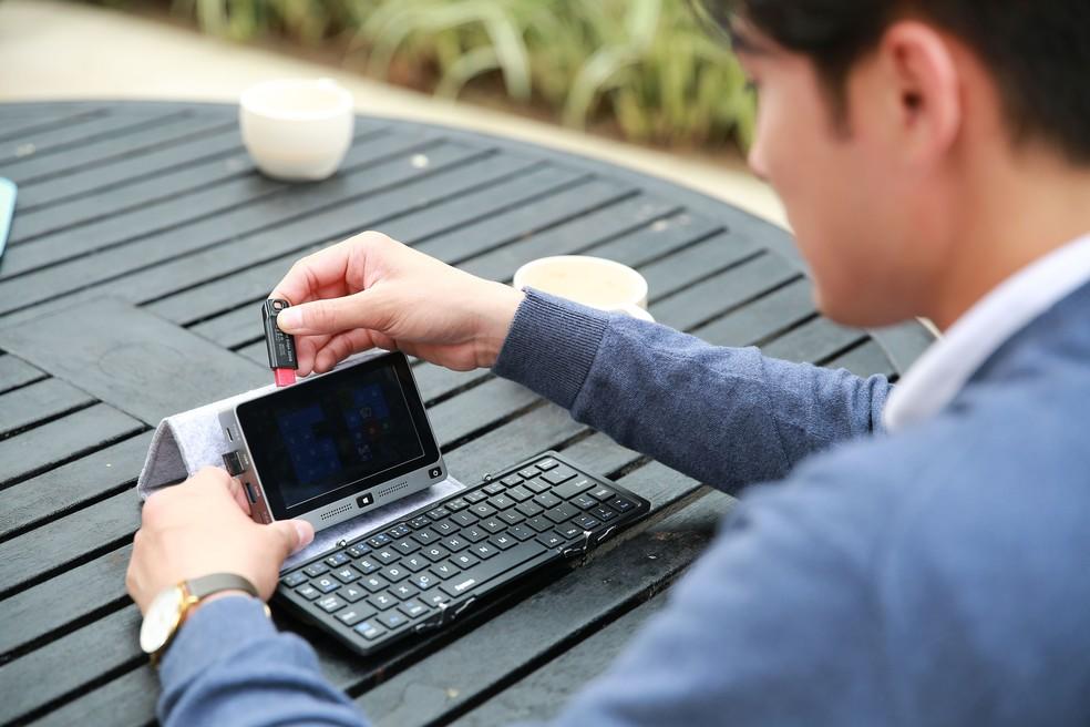 Mi Mini PC tem teclado dobrável e entradas USB, USB 3.0, USB-C, Ethernet e HDMI (Foto: Divulgação/MiPCWorld)