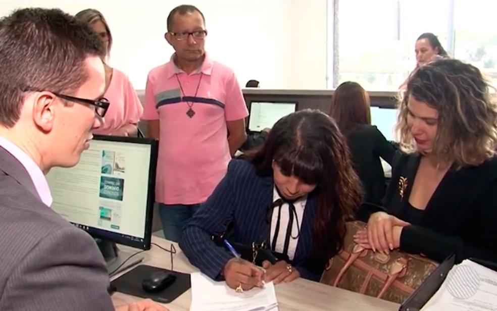 Mulher trans assinou documentos em cartório de Itabuna (Foto: Reprodução/TV Santa Cruz)