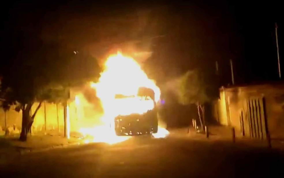 Ônibus foi incendiado no bairro Goiânia, na Região Nordeste de Belo Horizonte (Foto: Reprodução/TV Globo)
