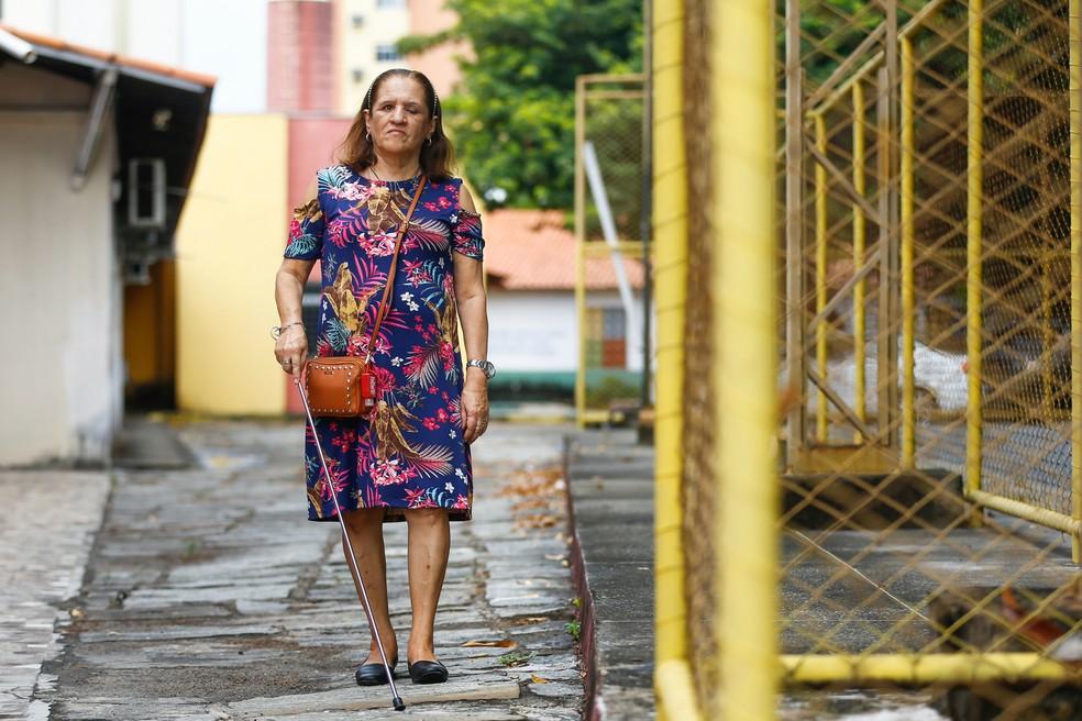A pedagoga aposentada Ivanise Sampaio aprendeu a andar em Fortaleza e sofre com qualquer menor alteração das vias — Foto: Fabiane de Paula/SVM