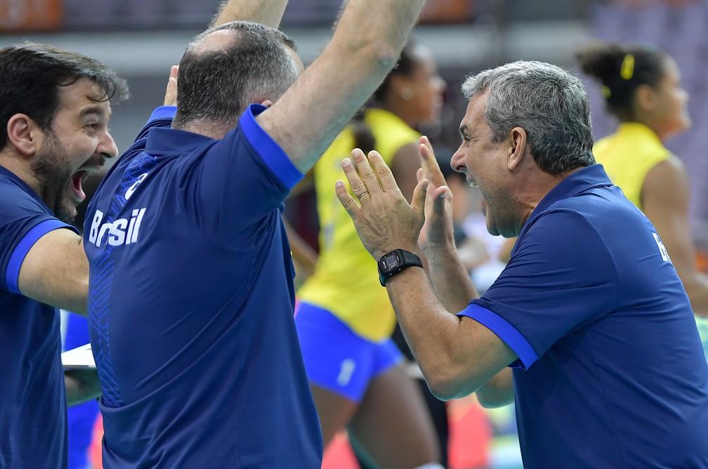 Zé Roberto vibra muito com a vitória de virada do Brasil (Foto: Divulgação/FIVB)