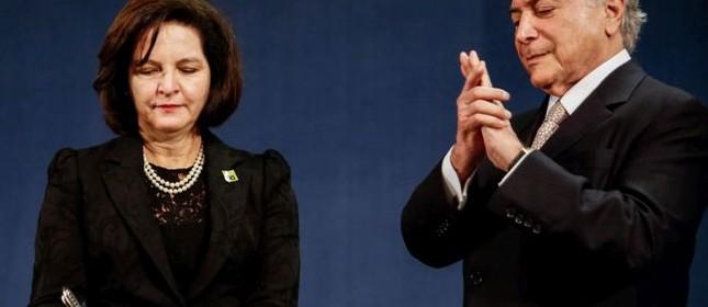 Raquel Dodge assina termo de posse ao lado do presidente Michel Temer (Foto: Marcos Corrêa / PR)
