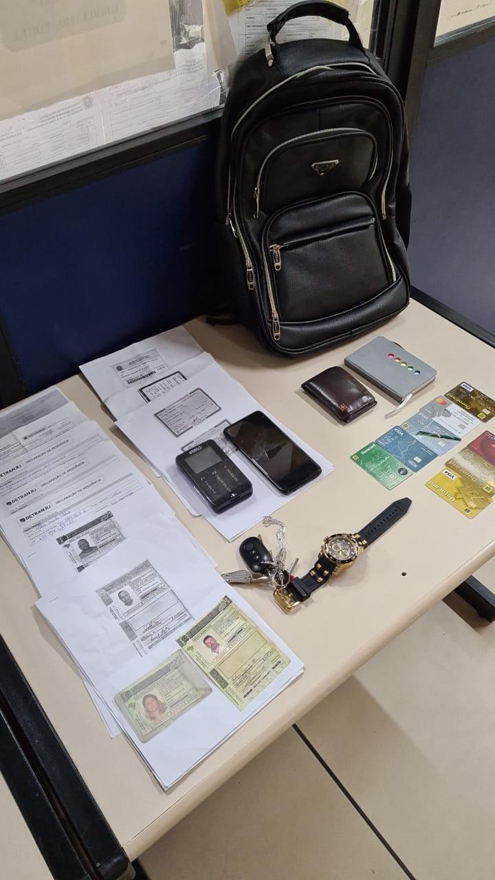 Homem é preso por vender carteira de habilitação falsa na porta do Detran