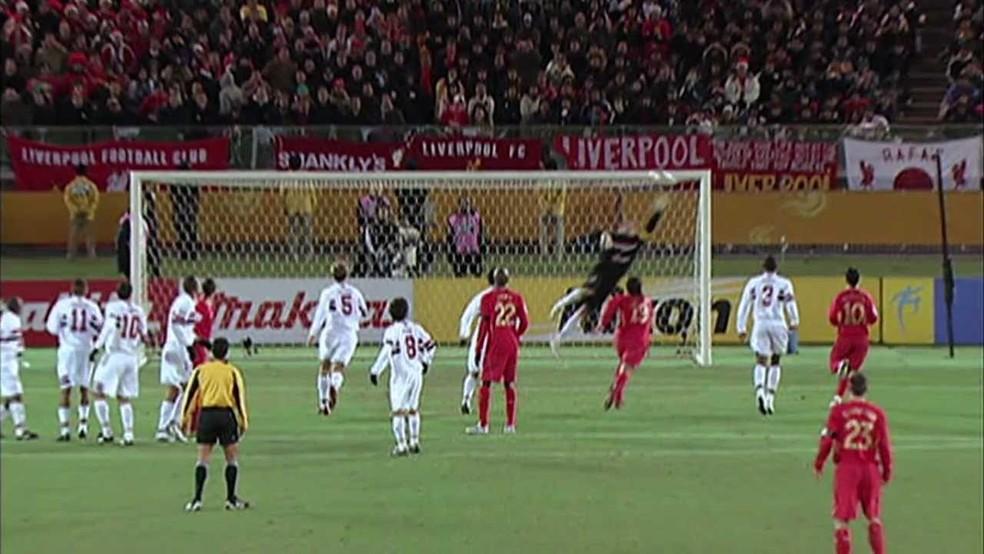 Rogério Ceni defende chute de Gerrard, do Liverpool — Foto: Reprodução