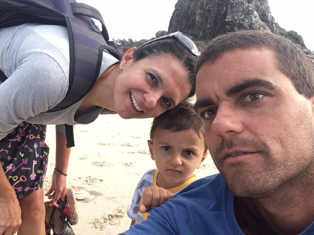 Carolina posa ao lado do marido Ricardo e do filho Ícaro, de 2 anos (Foto: Arquivo pessoal)
