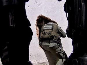 Policias saíram por buraco (Foto: TV Verdes Mares/Reprodução)