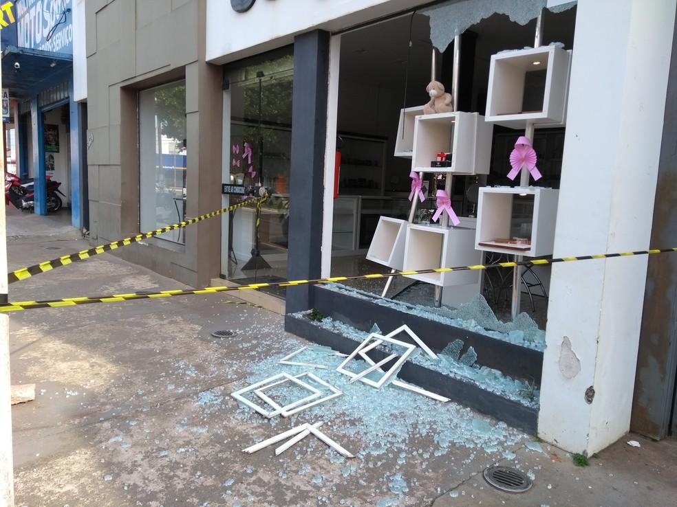 Suspeito quebrou fachada da loja e furtou objetos — Foto: Eliete Marques/G1