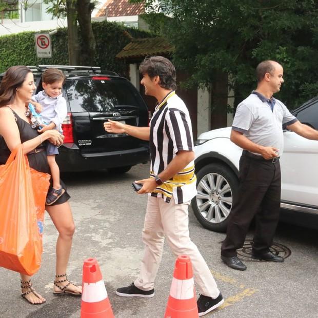 Maria Flor chega para festa de aniversário com os pais, Debora Secco e Hugo Moura (Foto: AgNews / Daniel Pinheiro)