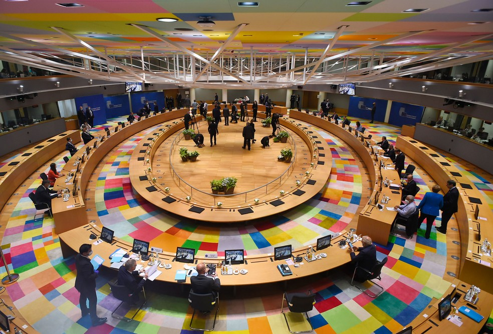 Líderes da União Europeia participam de cúpula em Bruxelas, na Bélgica, no sábado (18) — Foto: John Thys/AP