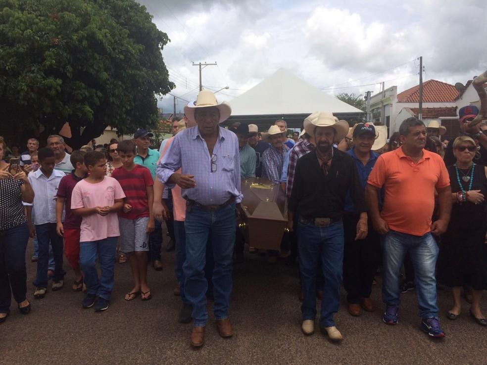 Amigos carregam caixão do locutor Asa Branca em Turiúba — Foto: Marcos Lavezo/G1