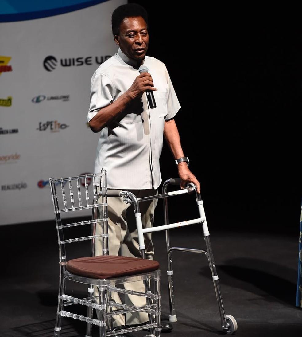 Pelé mostrou dificuldades de locomoção em aparições públicas recentes — Foto: André Durão