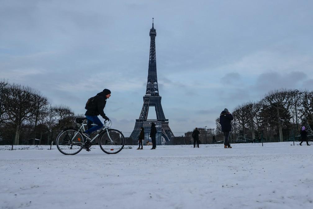 Vista do Campo de Marte, aos pés da Torre Eiffel em Paris é coberto pela neve em 10 de fevereiro de 2021 — Foto: Ludovic Marin/AFP