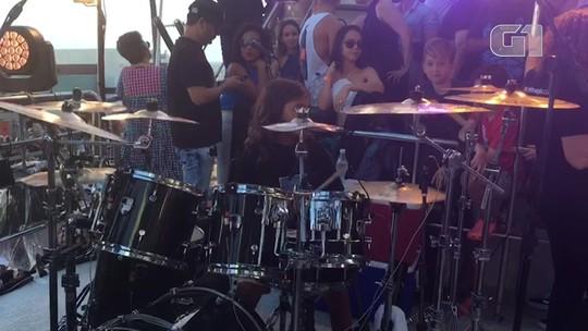 Filho de Ivete 'rouba a cena' ao tocar bateria em trio antes da apresentação de reestreia da mãe na Bahia