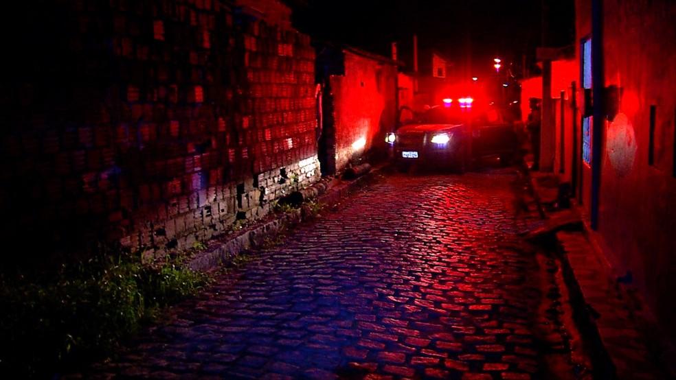 Homem foi assassinado na frente da casa onde morava, no loteamento José Sarney, Zona Norte de Natal (Foto: Ítalo Sales/Inter TV Cabugi)