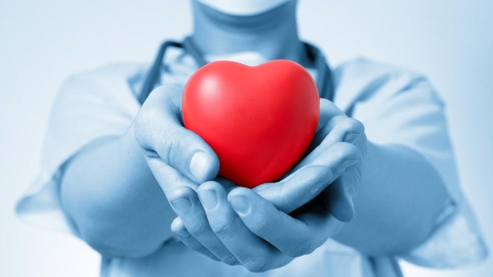 Médicos e enfermeiros, além de desempenharem as habilidades técnicas no transplantes de órgãos, também assumem o papel de educadores sobre o assunto na sociedade.— Foto: getty images