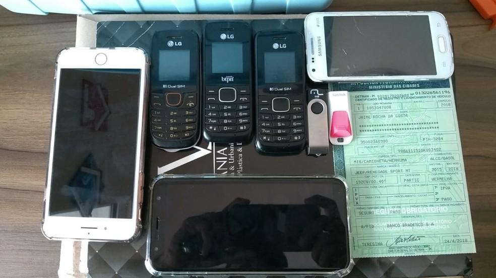 Documentos, computadores e aparelhos celulares foram apreendidos e serão analisados durante a operação — Foto: Divulgação/Polícia