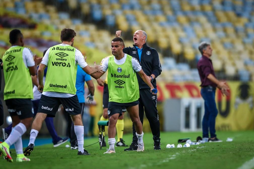 Kannemann e Alisson se cumprimentam enquanto Felipão vibra com vitória — Foto: Lucas Uebel / Grêmio FBPA
