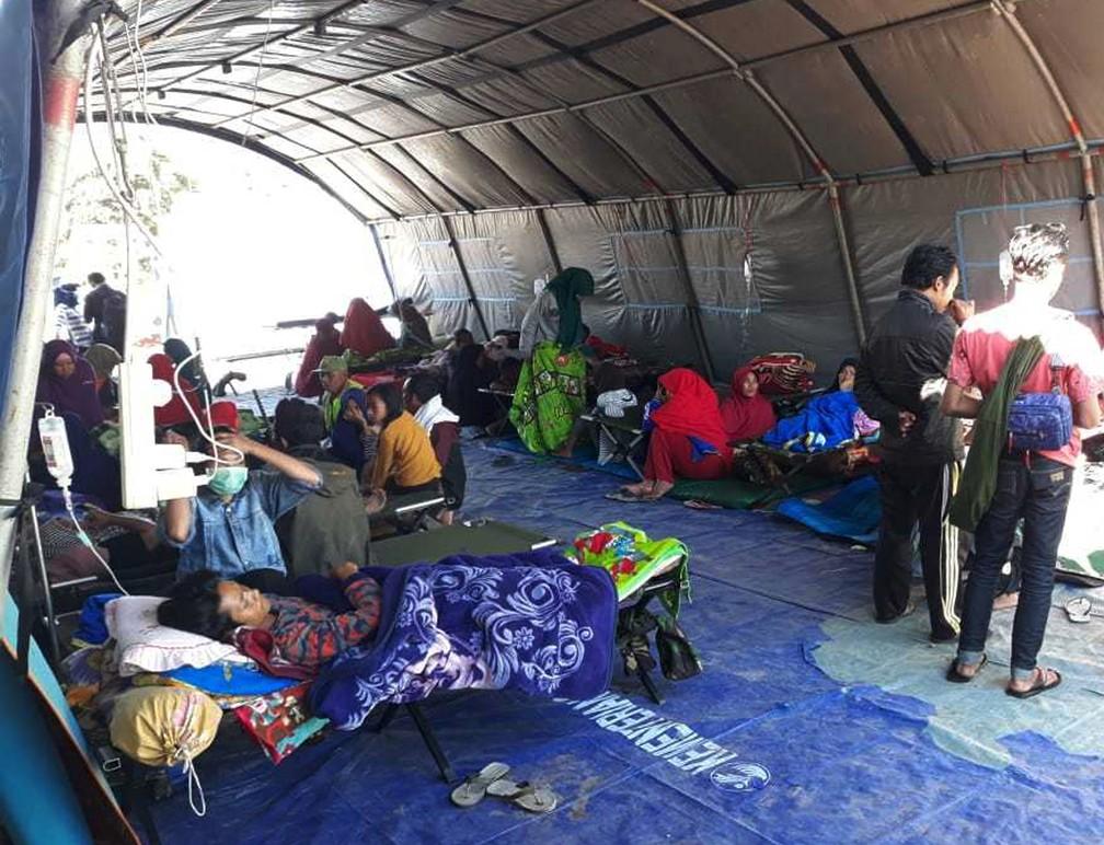 Sobreviventes do terremoto são atendidos na Indonésia (Foto: Associated Press)