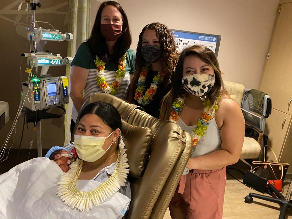 Lani Bamfield, Amanda Beeding e Mimi Ho, enfermeiras que ajudaram com os procedimentos dentro do voo. — Foto: Hawaii Pacific Health