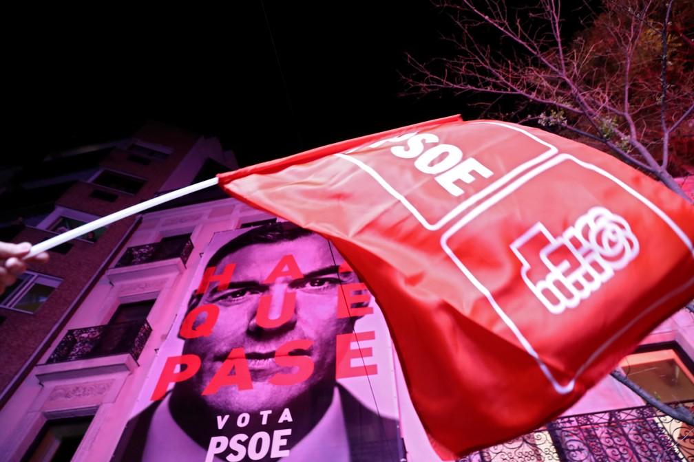 Apoiador agita bandeira do PSOE após eleições na Espanha neste domingo (28) — Foto: Sergio Perez/Reuters