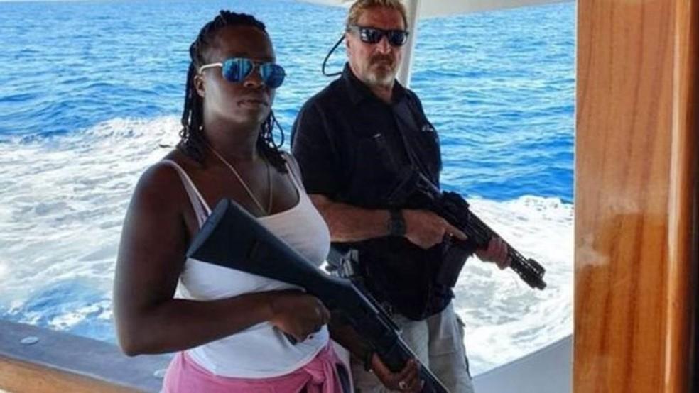 John McAfee postou esta foto com a esposa no Twitter, aparentemente depois de deixar Cuba — Foto: Twitter/@officialmcafee