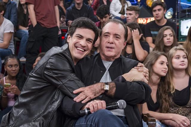 Mateus Solano encontrou com o ídolo, Tony Ramos, no 'Altas horas' (Foto: Globo/ Fábio Rocha)