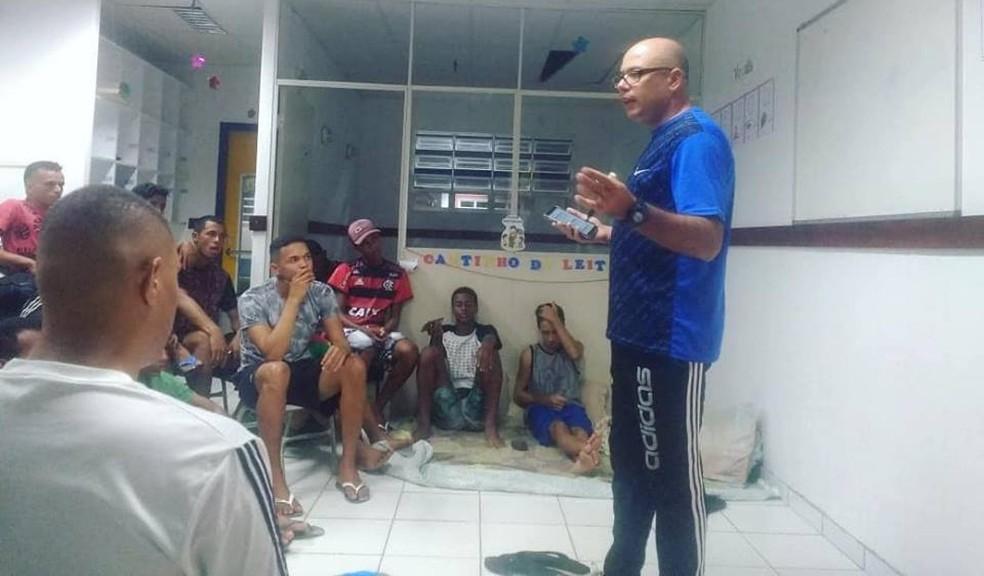 Bruno faz preleção com jogadores do time Sub-19 do Sabugy — Foto: Acervo pessoal / Bruno Jojô Abrahão
