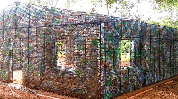 Cada 100 metros quadrados leva aproximadamente garrafas para ser construído. (Foto: Divulgação)